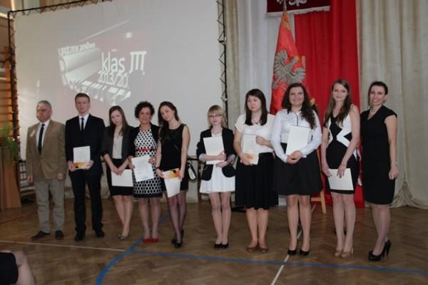Uczniowie kl. III d, którzy ukończyli szkołę ze średnią 5,0 i wyżej wraz z rodzicami oraz wychowca klasy p. Leszek Jawor i Pani Wicedyrektor Barbara Kalinowska