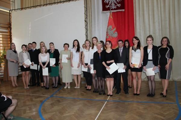 Uczniowie kl. III e, którzy ukończyli szkołę ze średnią 5,0 i wyżej wraz z rodzicami oraz wychowawczyni klasy p. Małgorzata Schroeder i Pani Wicedyrektor Ewa Zaniewska