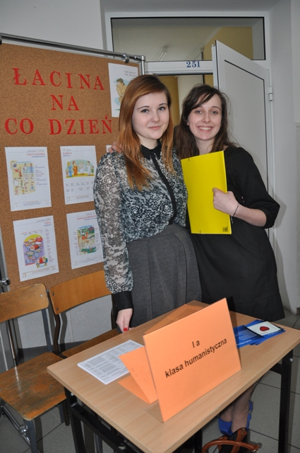 Uczennice zachęcające gimnazjalistów do wyboru klasy humanistycznej