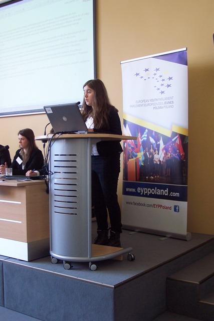 Patrycja Siemaszko z kl. I a przedstawia projekt rezolucji dotyczący propozycji walki z bezrobociem wśród młodych obywateli UE
