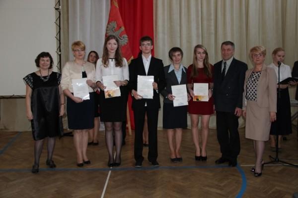 Uczniowie kl. III f, którzy ukończyli szkołę ze średnią 5,0 i wyżej wraz z rodzicami oraz wychowawczyni klasy p. Maryla Boćkowska i Pani Dyrektor Małgorzata Górniak