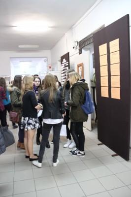 Gimnazjaliści na szkolnych korytarzach