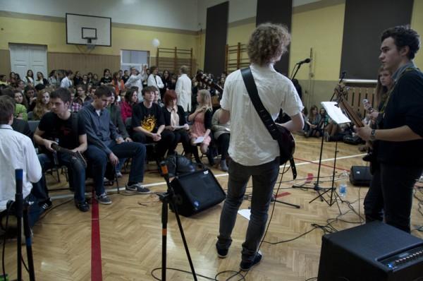 Muzycy z III LO przyciągnęli na małą salę gimnastyczną tłumy młodzieży