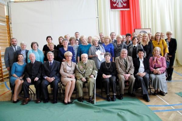 Dyrekcja, rada pedagogiczna, emerytowani nauczyciele i zaproszeni goście