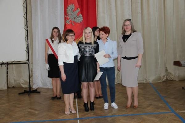 Uczennica kl. III h, która ukończyła szkołę ze średnią 5,0 i wyżej wraz z mamą oraz wychowawczyni klasy p. Barbara Majewska i Pani Wicedyrektor Ewa Zaniewska