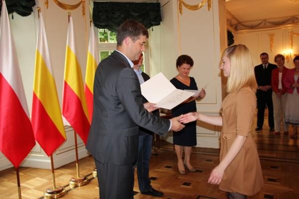 Marta Błażewicz z kl. II h otrzymuje dyplom z rąk Pana Adama Polińskiego – Zastępcy Prezydenta Miasta Białegostoku