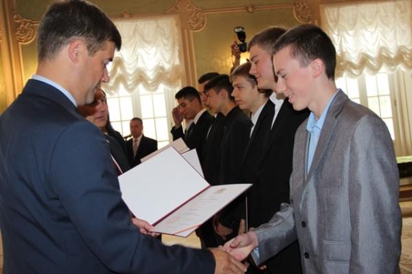 Adam Poliński - zastępca Prezydenta Miasta Białegostoku składa gratulacje Rafałowi Niewińskiemu, ucz. kl. III h