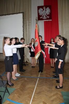 Uczniowie klas pierwszych ślubują na sztandar szkoły