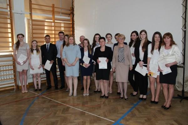 Uczniowie kl. III i, którzy ukończyli szkołę ze średnią 5,0 i wyżej wraz z rodzicami oraz wychowawczyni klasy p. Justyna Ostrowska i Pani Dyrektor Małgorzata Górniak