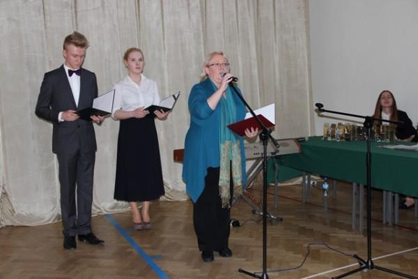 W imieniu wychowawców klas trzecich głos zabiera p. Małgorzata Janusz