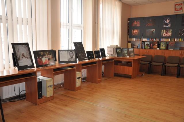 Wystawa fotografii Igi Parciak z kl. I h oraz Zuzanny Siemieniako z kl. I d w czytelni szkolnej