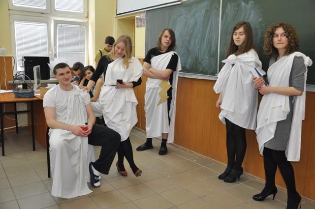 """Przedstawienie """"Mit trojański na wesoło"""" w wykonaniu uczniów kl. I a"""