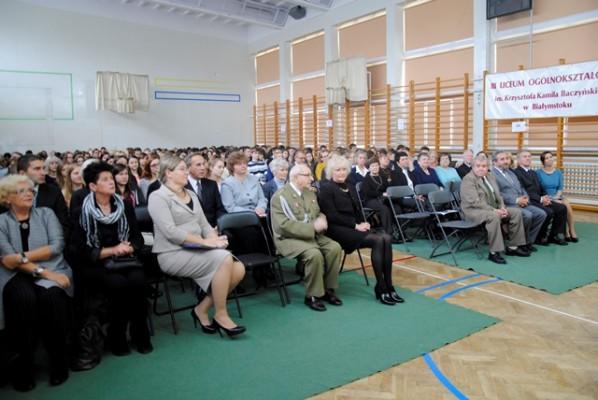 Rada pedagogiczna, zaproszeni goście, emerytowani nauczyciele oraz uczniowie III LO