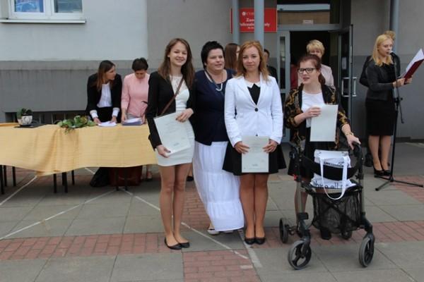 Uczennice kl. 0g, które otrzymały świadectwo z wyróżnieniem oraz wychowawczyni klasy p. Katarzyna Nocna