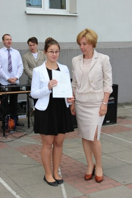 Uczennica kl. I a, która otrzymała świadectwo z wyróżnieniem oraz wychowawczyni klasy p. Joanna Radziwońska