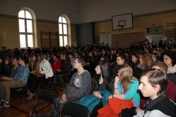 Gimnazjaliści z uwagą słuchają oferty edukacyjnej  III LO na rok szkolny 2014/2015