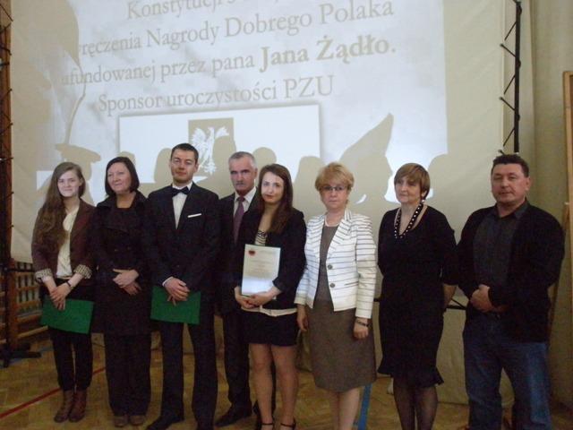Laureaci Nagrody Dobrego Polaka z rodzicami i Dyrektorem Szkoły