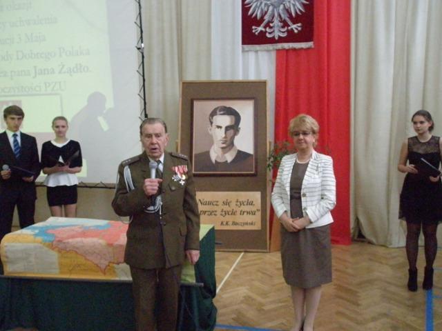 Wiceprezes ŚZŻAK Czesław Chociej i Dyrektor III LO Małgorzata Górniak
