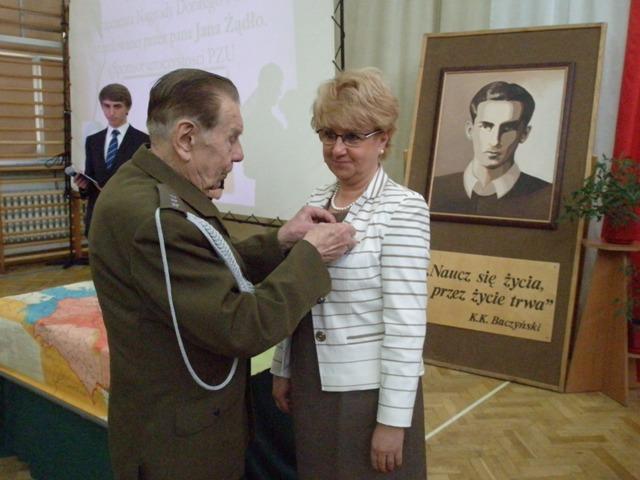 Pan Czesław Chociej wręcza Pani Dyrektor Małgorzacie Górniak Honorową Odznakę ŚZŻAK