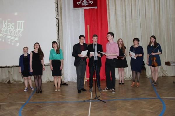 P. Anna Kietlińska i uczniowie biorący udział w części artystycznej