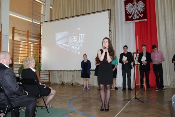 """Karolina Jaworowska, kl. III a wykonuje piosenkę z repertuaru Anny German """"Człowieczy los"""""""