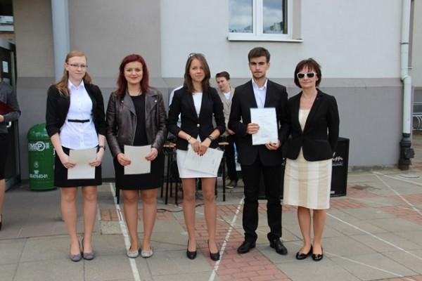 Uczniowie kl. I c, którzy otrzymali świadectwo z wyróżnieniem oraz wychowawczyni klasy p. Anna Cichocka