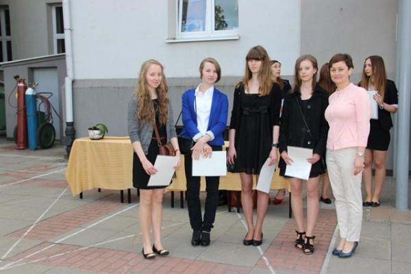 Uczennice kl. I d, które otrzymały świadectwo z wyróżnieniem oraz wychowawczyni klasy p. Iwona Waszczuk