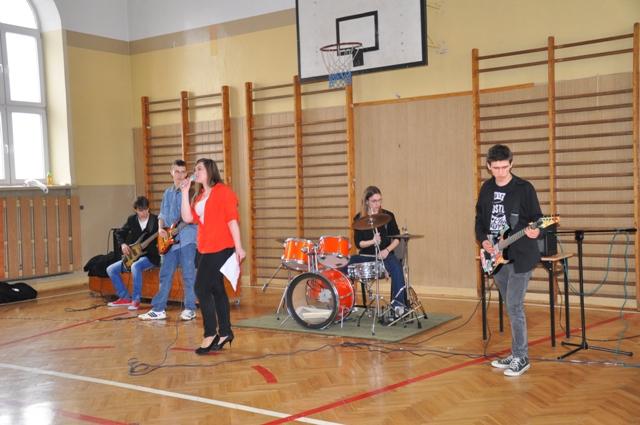 Mała sala gimnastyczna rozbrzmiewała rytmami rocka
