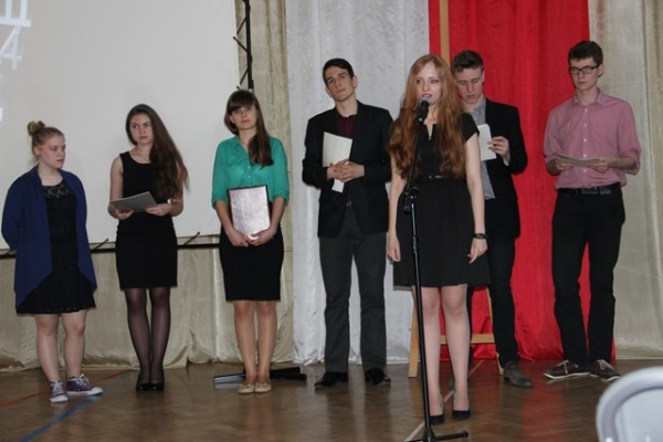Przy mikrofonie Paulina Dąbrowska, ucz. kl. III a