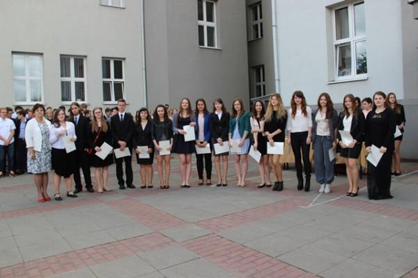 Uczniowie kl. I e, którzy otrzymali świadectwo z wyróżnieniem oraz wychowawczyni klasy p. Anna Siemienkowicz