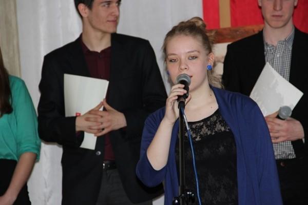 Karolina Prusiel, kl. II a wykonuje piosenkę z repertuaru Grzegorza Turnaua