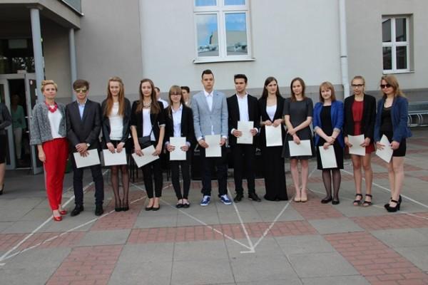 Uczniowie kl. I f, którzy otrzymali świadectwo z wyróżnieniem oraz wychowawczyni klasy p. Marta Kulikowska-Hryń