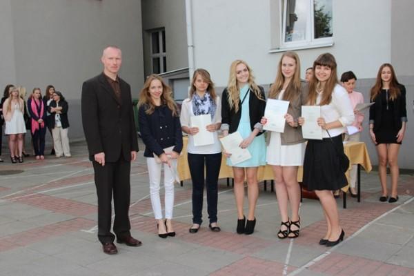 Uczennice kl. I g, które otrzymały świadectwo z wyróżnieniem oraz wychowawca klasy p. Marek Roszkowski
