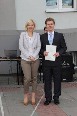 Adam Bajguz, ucz. kl. I h, który otrzymał świadectwo z wyróżnieniem oraz wychowawczyni klasy p. Sylwia Żylińska-Awruk
