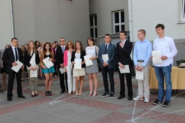 Uczniowie kl. II b, którzy otrzymali świadectwo z wyróżnieniem oraz wychowawczyni klasy p. Aneta Klimiuk