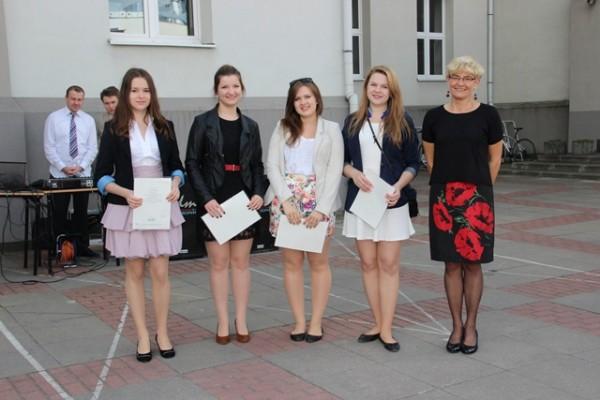 Uczennice kl. II c, które otrzymały świadectwo z wyróżnieniem oraz wychowawczyni klasy p. Anna Murawska