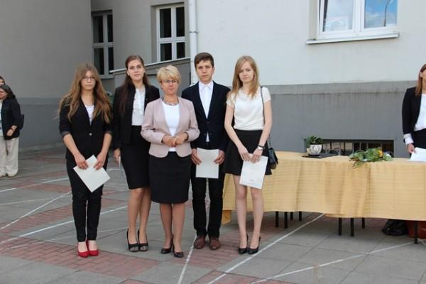 Uczniowie kl. II d, którzy otrzymali świadectwo z wyróżnieniem oraz Pani Dyrektor Małgorzata Górniak