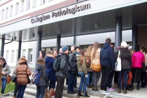Uczniowie II LO przed wejściem do Collegium Pathologicum UMB