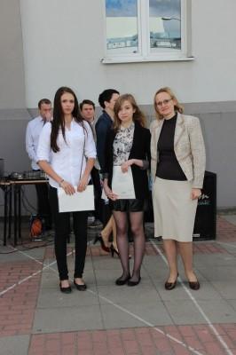 Uczennice kl. II e, które otrzymały świadectwo z wyróżnieniem oraz wychowawczyni klasy p. Grażyna Kudelska-Pasławska