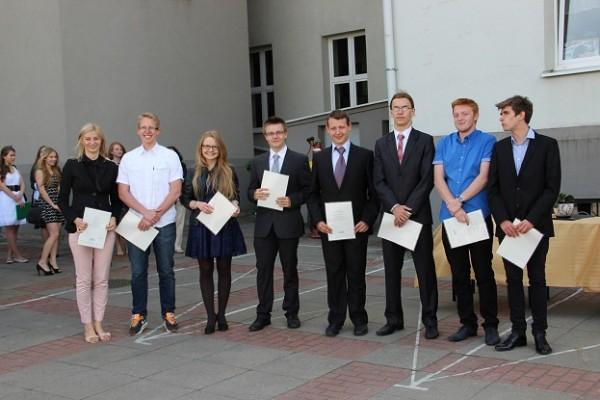 Uczniowie kl. II h, którzy otrzymali świadectwo z wyróżnieniem oraz wychowawczyni klasy p. Ewa Zakrzewska