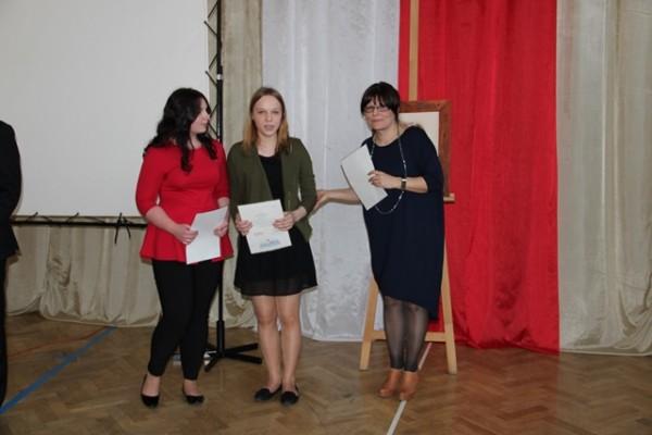 Uczennice kl. III a, którzy ukończyli szkołę z wyróżnieniem oraz wychowawczyni klasy p. Anna Kietlińska
