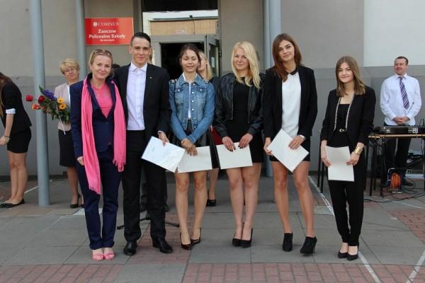 Uczniowie kl. II i, którzy otrzymali świadectwo z wyróżnieniem oraz wychowawczyni klasy p. Kinga Łowicka-Kwiatosz