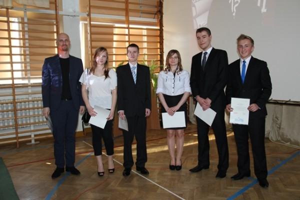 Uczniowie kl. III b, którzy ukończyli szkołę z wyróżnieniem oraz wychowawca klasy p. Dariusz Kuźniewski