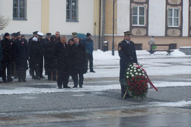 Prezydent Tadeusz Truskolaski składa wieniec