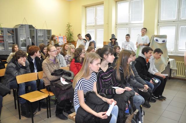 Gimnazjaliści z zainteresowaniem oglądają przedstawienie przygotowane przez starszych kolegów