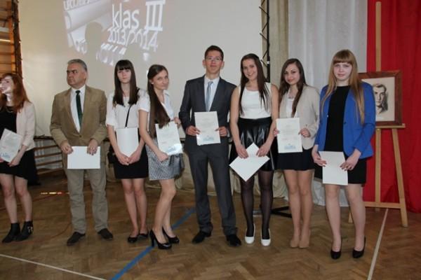 Uczniowie kl. III d, którzy ukończyli szkołę z wyróżnieniem oraz wychowawca klasy p. Leszek Jawor