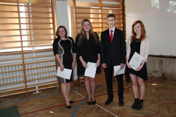 Uczniowie kl. III e, którzy ukończyli szkołę z wyróżnieniem oraz wychowawczyni klasy p. Małgorzata Schroeder