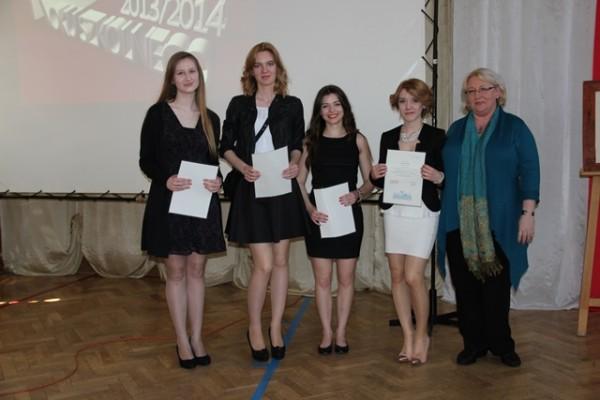 Uczniowie kl. III g, którzy ukończyli szkołę z wyróżnieniem oraz wychowawczyni klasy p. Małgorzata Janusz