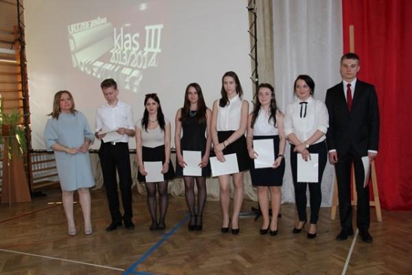 Uczniowie kl. III i, którzy ukończyli szkołę z wyróżnieniem oraz wychowawczyni klasy p. Justyna Ostrowska