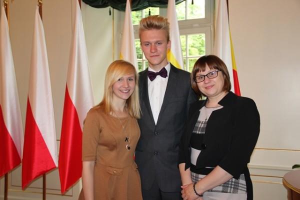 Marta Błażewicz z kl. II h, Mateusz Zarzecki z kl. II e oraz p. Barbara Majewska